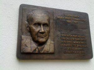 BRONZOVÁ PAMĚTNÍ DESKA MUDr. PAVLA TRNKY, DrSc.